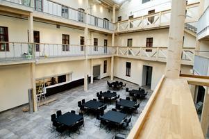 På golvet har man ställt fram bord och stolar inför stadsbyggnadskontorets kommande lunchaktivitet.
