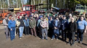 30 finska traktorentusiaster besökte Mackmyra.
