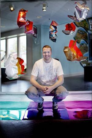 Lampor, speglar och reflekterande färg bidrar till ett spännande ljusspel kring Jimmy Dahlbergs skulpturer.