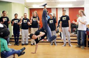 Kroppskonst där det tänjs på gränserna. Denis Stojanović utmanar gravitationen.