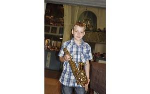 Elias Daniel drog rejäla applåder. Han spelade Vilken underbar värld på sin saxofon.-- Jag har spelat i 2,5 år, det är lite nervöst att uppträda här, tyckte han.FOTO: BOEL FERM