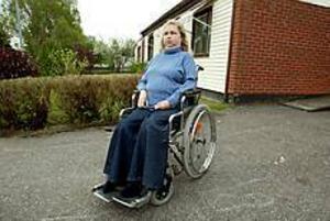 Arkivfoto Lättad. Handikappade Jeanette Eling är glad i dag. Kommunens beslut att inte sätta något tak på antalet färdtjänstresor räddar hennes vardag.