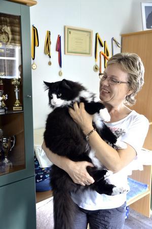 Prisbelönt kisse. Carina Berntsson tillsammans med katten Gunnar som vunnit flera stora priser.