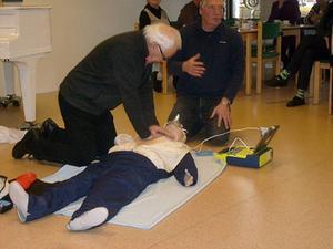 Medlemmarna i SPF Skinnarbygd fick prova på hjärt- och lungräddning under ledning av Svein Aune vid det senaste medlemsmötet.