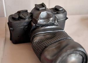 En gammal analog kamera. Lite stukad har den återuppstått som konst.