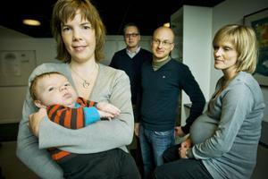 Liza Åström med lille Emil, Johan Ingman, Raymond Torgrimson och Tanja Forsman startar ett föräldrakooperativ i Stensödens förskola.