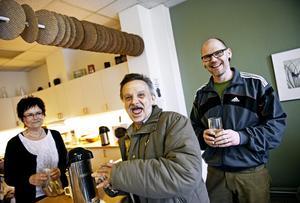 Förmiddagsfika på Ria Dorkas. Ingbritt Stålgren och Per Helgesson tillsammans med en gäst.