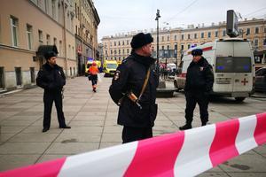 Polis vaktar ingången till tunnelbanestationen vid Teknoligiska Institutet i Sankt Petersburg.