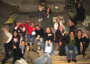 Här är både de svenska och Irländska ungdomarna samlade på Trinity College´s trappa.
