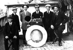 """""""Claras"""" besättning samlad kring den nya radion 1925. Daniel Axner till höger."""