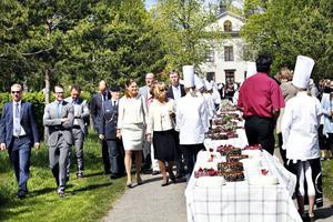 Efter lunchen på Wij Trädgårdar vankades det efterrätt. 210 tårtor dukades upp i trädgården och kronprinsessparet lät sig väl smakas.
