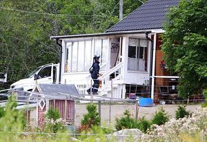 Polisens tekniker undersöker huset på torsdagseftermiddagen.