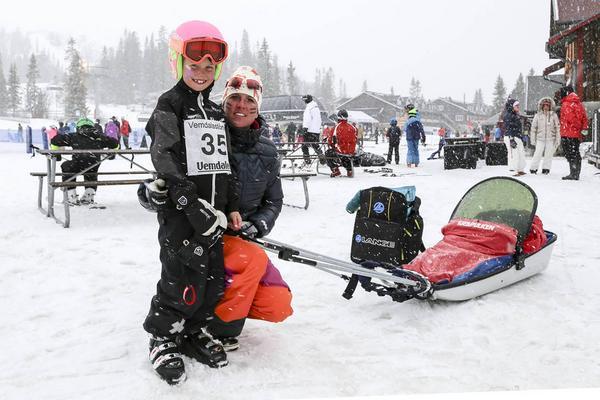 Mari Svelander med Malin Loft, 8, och Scott Svelander, 2 år, i pulkan. Alla från Klövsjö.