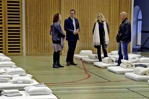 När flyktingarna var på väg och Hedbergskas gymnastiksal inspekterades av Marlene Westberg, enhetschef på Migrationsverket, Peder Björk (S), Sundsvalls kommunalråd, Pia Söderlund, verksamhetschef på Favi och Gunnar Åberg, säkerhetschef vid Sundsvalls kommun.