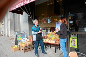 Måndag 15.30. Butiksägare Elisabeth Stenström är orolig för den dalande handeln i Hallsberg och vill få till ett stormöte för att engagera hela bygden i frågan. NA:s Barbro Isaksson följer det som händer.