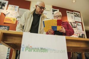 Urban Thyrestam och och föreningens ordförande Gunilla Wahlström läser om hur det är att leva med Parkinsons sjukdom.