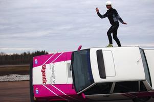 Likt en rymdastronaut a la Christer Fuglesang rör sig Anna Lundh när hon balanserar uppe på sidan till den bil, som 17-åriga Erika rattar på två hjul. Foto:Hans Olander