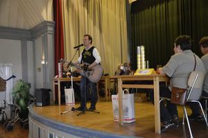 Mikael Loiske stod för musikfrågorna och uppträdde med sång och gitarr.