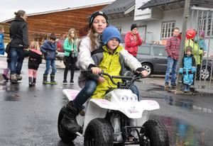 Rebecka Thomasdotter och Rasmus Schön gillade barnaktiviteterna under Skoterns dag.