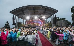 Sundsvalls Kammarkör och Kjell Lönnå tillbaka i tv:s stora allsångsprogram efter många år. Publiken på Skansen tog emot dem med glädje, och efter sändningen strömmande grattishälsningarna in.