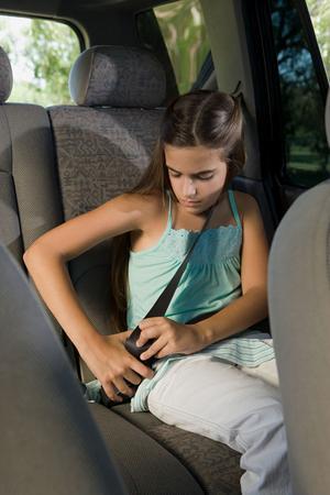 Inte förrän barnen är längre än 135 centimeter bör man ta bort barnstolen. En tumregel är att säkerhetsbältet ska vila mot barnets lår, inte mot magen. Foto: Shutterstock