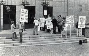 25 augusti 1977. Miljövänner av huvudsakligen yngre årgångar mötte fullmäktigeledamöterna med många maningar när beslut om Stadt skulle fattas.