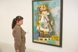Maja-Lena Molin med ett exempel på dröminfluerad konst. Målning från 1970 av surrealisten Endre Nemes.