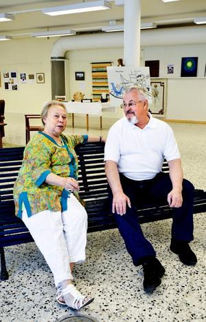 I Blå soffan på blå soffan. Monika Käller och Håkan Fredriksson skötte vernissaget åt Kulturglimtar.