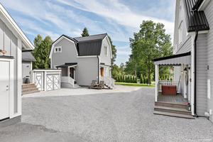 Ytan mellan bostadshuset och gårdshuset skapar en innergård.