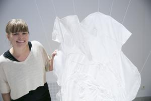 Hållams Linnea Henriksson blev tagen av händelserna vid Sjöbergen och skildrar med textilkonst sitt möte med det brända och förändrade landskapet.