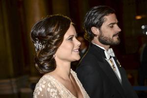 11 december 2014: Carl Philip och Sofia Hellqvist vid kungens middag för Nobelpristagarna på Stockholms slott.