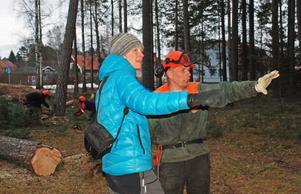 Kommunekolog Åsa Rydell instruerar Tomas Hall hur röjningen efter stormen i naturreservatet ska gå till.