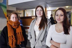 Niondeklassarna Saga Danili, Madelene Söderberg och Linnea Fredholm trivs på Kälarne skolan.
