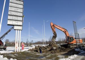 Cisternerna grävs upp och skyltarna med OKQ8 plockas bort från macken i Idenor.