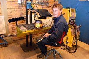 Jonatan Jakobsson gör sig redo för ytterligare en dag på Älvdalens utbildningscentrum.