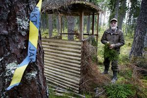 Snitsling, som numera görs med fibermaterial för att inte förstöra trämassan vid avverkning, är en av uppgifterna Hans Åsberg har att utföra och se över inför älgjakten.
