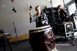 Anders Fors från Stockholm spelar taiko, en japansk trumma.
