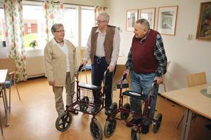 """Lillemor Jönsson, Georg Wedell och Harry Gabrielsson har högt förtroende för boendets personal och känner sig delaktiga i saker som rör deras egen vardag. """"Skulle jag vilja så skulle jag säkert kunna påverka tiderna som jag får hjälp"""", säger Harry Gabrielsson."""