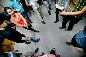 """personliga texter.  Sonya Miran (t v) tränar dansteg på Kulturskolan. I boken """"In i det nya landet"""" berättar hon om när hon kom till Sverige från Iran, hösten 2012: """"Jag kunde se glada och starka färger. Jag kunde höra ljuden när vinden rörde bladen. Jag levde i en riktig bild, och det var höst i Sverige""""."""