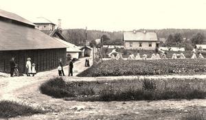 ARKIVBILD: Brevens Bruks HembygdsföreningBruksgatan. En bild från Brevens Bruk på den tid då rostugnen användes flitigt.