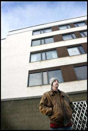 Per Jonsson trivs bra i området och hoppas att han kan bo kvar även om husen byter ägare.–Det är bra strövområden för hundarna och nära till centrum och kommunikationer.