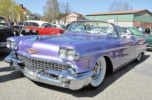 Färgglad. Det fanns bilar i alla färger på motordagen. Här en lila cadillac.