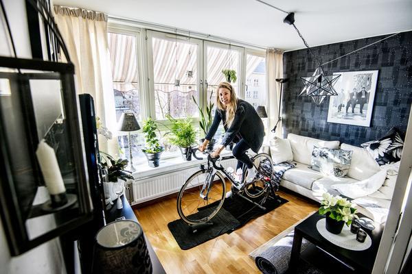 Träningspassen spenderas framför tv:n. Svenska program är något Emilia saknar när hon bor utomlands.