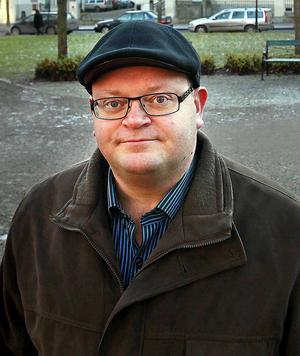 Erland Solander (M), ordförande i Stadsbyggnadsnämnden har besvarat Kjell Lönnås fråga med att de vill rusta upp östra Storgatan ner till hamnen.