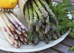 Nu är det hög tid att njuta av sparris. En primörgrönsak som med all tydlighet signalerar att nu är det vår.