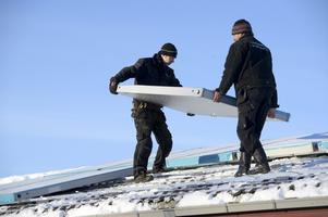 Hör framtiden till. Solpaneler monteras på Sörbyvallens omklädningsrum. Arkivbild: Håkan Ekebacke