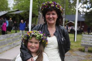 Elsa Nordqvist och Anki Thalin var sommarfina i sina kransar.