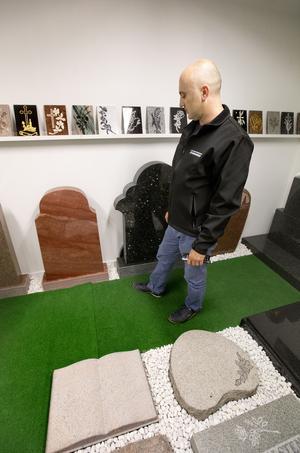 """""""Älvdalskvartsit är en väldigt exklusiv sten"""", säger Abbe Tjattal och visar på stenen som skimrar i rött."""