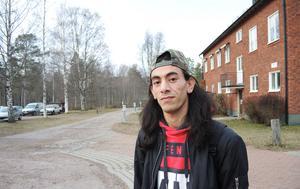 Hösten 2015 kom 23-årige Raafat till flyktingboendet i Rättvik. Ett år senare har han fått uppehållstillstånd, eget boende och börjat plugga svenska.