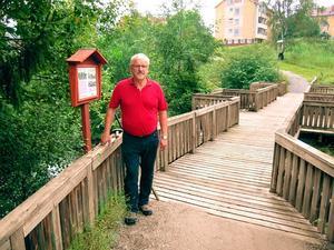 ABF Ångermanlands förre ordförande Lars-Erik Karlstedt inspekterar nöjt den nya minnestavlan.